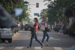 Pessoas atravessam rua no Centro de Campo Grande. (Foto: Marcos Maluf)