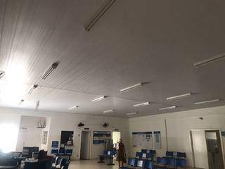 Escuro e teto com todas as lâmpadas desligadas nesta sexta-feira. (Foto: Bruna Marques)