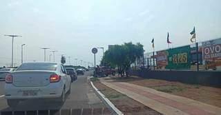 Fila de veículos na entrada do Atacadão; seguranças alertam para falta de energia. (Foto: Kísie Ainoã)