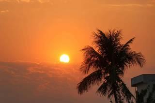 Sol aparece forte nas primeiras horas desta manhã, em Campo Grande. (Foto: Henrique Kawaminami)