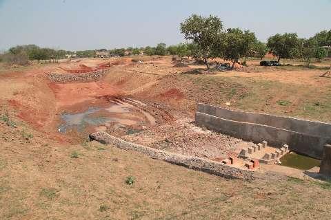 Para conter erosão, prefeitura constrói barragens em nascente de córrego