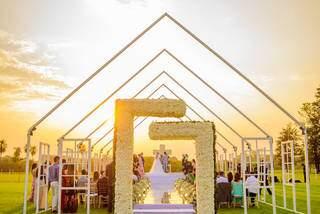 Capela minimalista teve apenas estrutura metálica, com decoração de lisianthus e pôr do sol como presente. (Foto: Top Studio Fotografias)