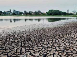 Encontro da terra ressequida e o espelho de água na Lagoa Itatiaia. (Foto: Jairton Bezerra Costa)