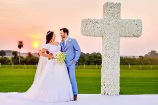 Daniela e Rafael também optaram por cruz coberta com rosas brancas. (Foto: Top Studio Fotografias)
