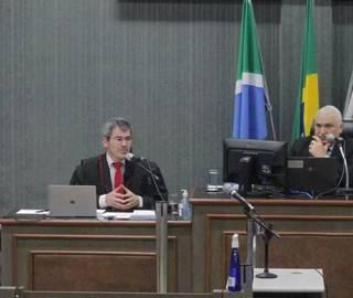 Promotor Douglas Oldegardo (lado esquerdo) ao lado do juiz Aluízio Pereira dos Santos, durante o julgamento. (Foto: Marcos Maluf)