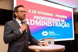 Discurso do presidente do CRA-MS, Adm. Rogério Elói Gomes Bezerra. (Foto: CRA-MS)