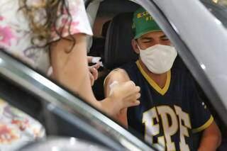 Criança recebe dose de vacina contra a covid em MS (Foto: Paulo Francis/Arquivo)