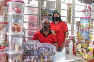 Seu Valdecir com a esposa, dona Veronica, atrás do balcão da mercearia no São Conrado. (Foto: Marcos Maluf)