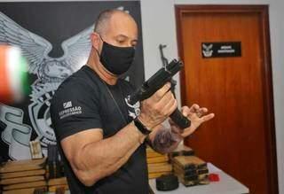 Delegado Hoffman D'Ávila mostra pistola apreendida com grupo. (Foto: Paulo Francis)