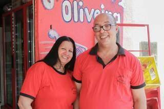 Veronica e Valdecir em frente à Mercearia Oliveira. (Foto: Marcos Maluf)