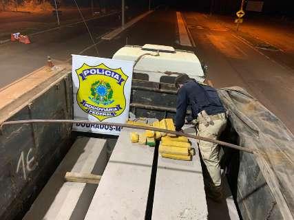 Polícia descobre carga de maconha escondida em meio a postes de concreto
