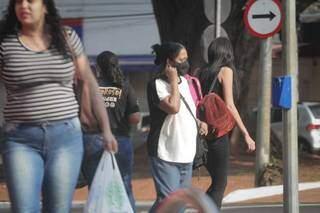 Moradores caminham pelas ruas do Centro; algumas utilizam máscara para reduzir risco de infecção. (Foto: Marcos Maluf)