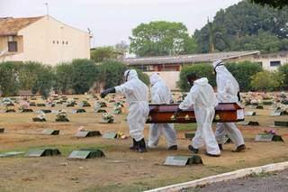 Enterro de vítima da covid-19, em Campo Grande. (Foto: Kísie Ainoã)