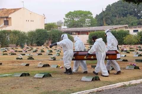 Brasil registra 548 mortes por covid nas últimas 24 horas; média móvel é de 528