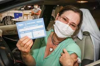 Médica ginecologista, Sandra Valéria Nogueira, recebe 3ª dose da vacina contra a covid no drive-thru do Albano Franco (Foto: Paulo Francis)