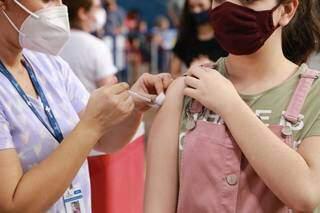 Vacinação contra a covid-19 sendo aplicada em um posto de imunização da Capital (Foto: Kísie Ainoã)