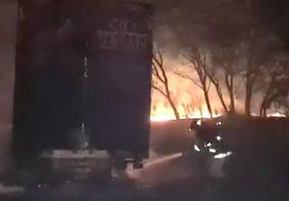 Militar combatendo fogo no caminhão que se alastrou para vegetação (Reprodução)