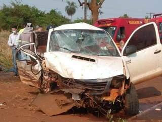Frente de caminhonete ficou destruída depois de colisão em árvore. (Foto: Caarapó News)