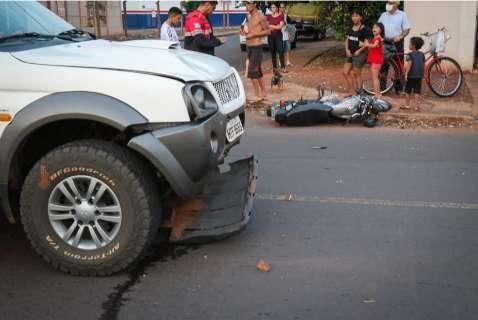 Motociclista sem documentos é levado inconsciente após acidente com caminhonete