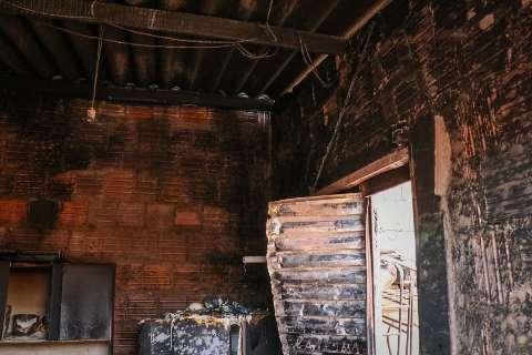 Tio salva sobrinha de incêndio em casa que foi destruída pelo fogo