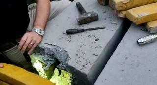 Policial verifica tablete de maconha escondido em poste de concreto (Foto: Reprodução)
