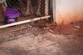 Com impacto da colisão, vítima foi lançada de cabeça para portão de residência (Foto Henrique Kawaminami)
