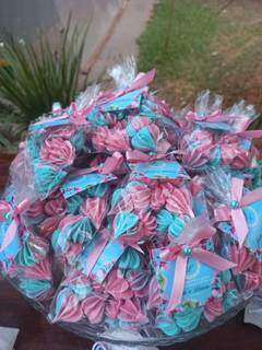 Doces nas cores azul e rosa, as mesmas da bandeira transsexual. (Foto: Arquivo Pessoal)