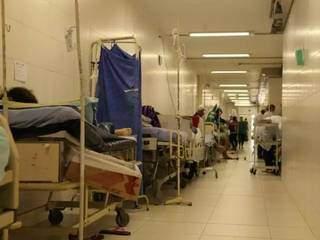 Pacientes no corredor de hospital público de Campo Grande. (Foto: Campo Grande News/Arquivo)