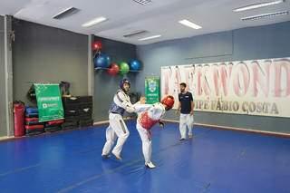 Atletas na disputa do taekwondo nos Jogos Escolas de MS de 2021 (Foto: Lucas Castro/Divulgação/Fundesporte)