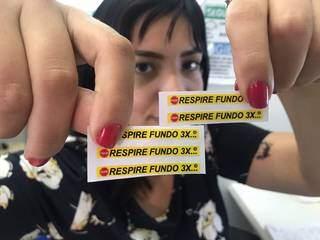 """Adesivos com a frase """"Respire fundo 3x"""" são lembretes para a hora do estresse. (Foto: Thailla Torres)"""
