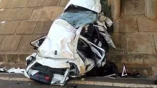 Carro caiu em um vão entre dois pontilhões e ficou destruído. (Foto: Perfil News)