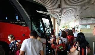 Passageiros entrando em ônibus de transporte coletivo rodoviário em Mato Grosso do Sul. (Foto: Arquivo/Divulgação)
