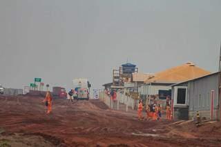 Fábrica é erguida na BR-262, a 10 km da área urbana de Ribas do Rio Pardo. (Foto: Marcos Maluf)