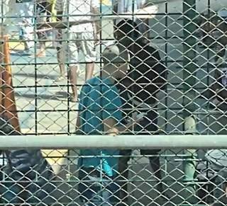 No meio da quadra de esporte, detento segura celular sem qualquer fiscalização por perto. (Foto: Direto das Ruas)