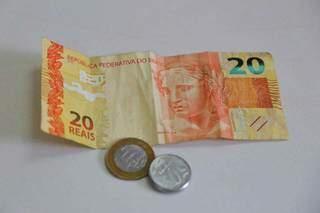 Contadinhas, cédula de R$ 20 e moedas de R$ 1 e R$ 0,50 sobre uma mesa. (Foto: Paulo Francis/Arquivo)