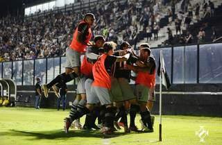 Comemoração dos jogadores diante da vitória desta noite. (Foto: Rafael Ribeiro/Vasco)