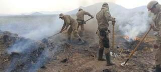 Corpo de bombeiros realiza combate em focos de incêndio na região do Pantanal. (Foto: Divulgação)