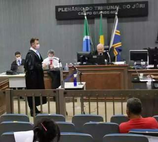 Alex Viana (em pé) durante as alegações finais; Douglas Oldegardo está ao fundo (de gravata vermelha) (Foto: Marcos Maluf/Arquivo)