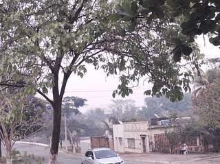 Foto registra densa fumaça encobrindo o céu de Corumbá. (Foto: Direto das Ruas)