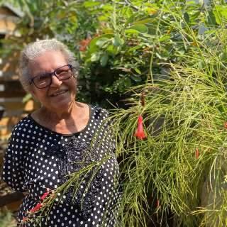 Aos 84 anos, Gleide rega sem preguiça até a planta do vizinho