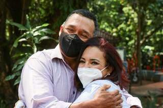 José e Helena em abraço, felizes com o encontro. (Foto: Henrique Kawaminami)