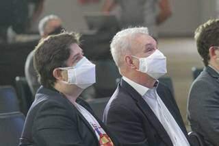 Geraldo Resende (ao centro), chefe da pasta estadual de Saúde, ao lado de José Mauro Filho, chefe da pasta municipal de Saúde, assistem apresentação no Albano Franco. (Foto: Marcos Maluf)
