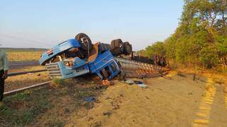 Parte da carga ficou na pista e a cabine da carreta foi completamente destruída. (Foto: Infoco MS)