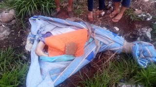 Corpo encontrado esta tarde no lado paraguaio da linha internacional. (Foto: Direto das Ruas)