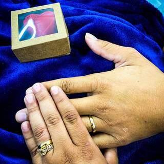Mãos de Daiane e Everton com as alianças de casados. (Foto: Arquivo Pessoal)