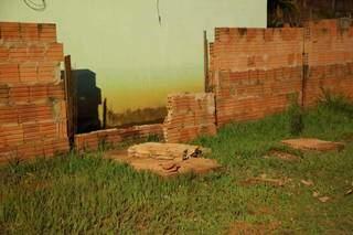 Muro ainda não tem colunas de sustentação (Foto: Kísie Ainoã)