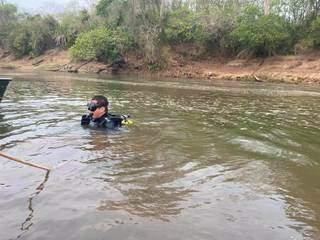 Mergulhadores do Corpo de Bombeiros durante as buscas no Rio Miranda. (Foto: Jardim MS News)