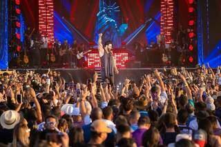 Multidão acompanhando um dos shows do cantor. (Foto: Reprodução/Facebook)