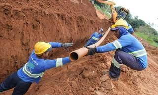 Trabalhadores instalando rede de esgoto em Campo Grande. (Foto: Divulgação Águas Guariroba)