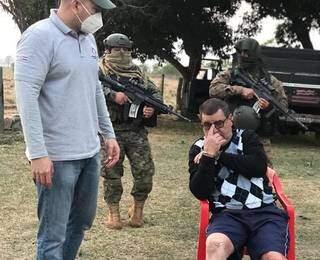 Juan Ramón, preso na fronteira, é vigiado por policiais paraguaios. (Foto: Direto das Ruas)